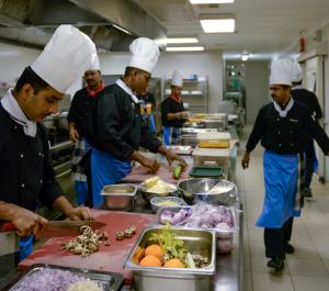 Sie kochen europäisch, asiatisch oder maledivisch: die 40 Hotelköche auf Veligandu.