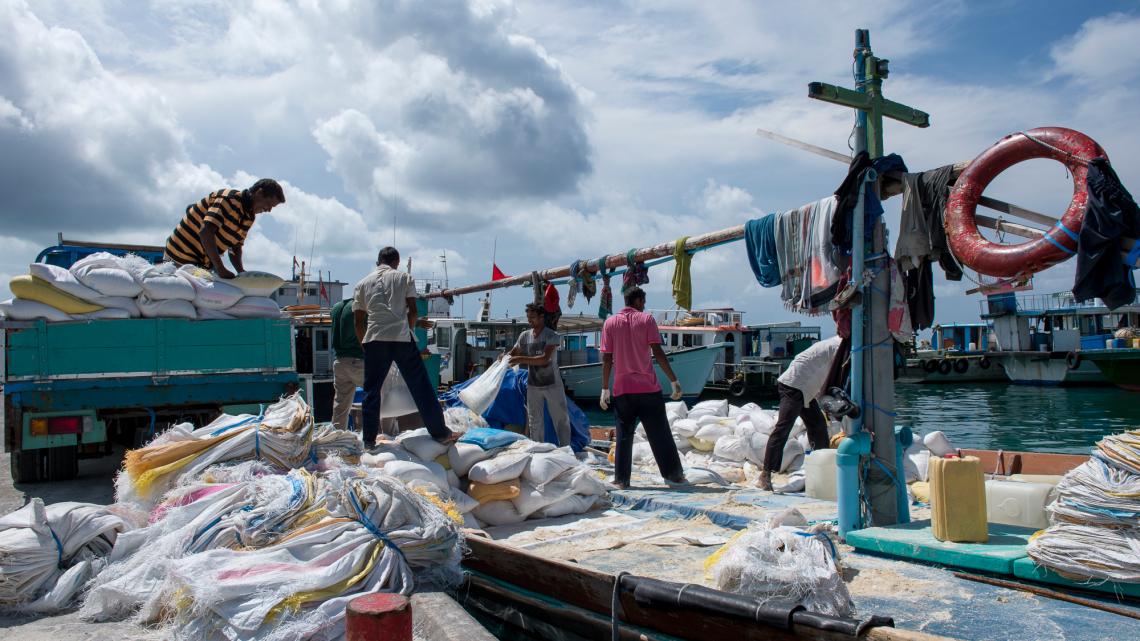 Gegen die Erosioin: Sandsäcke kommen auf vielen Inseln zum Einsatz.