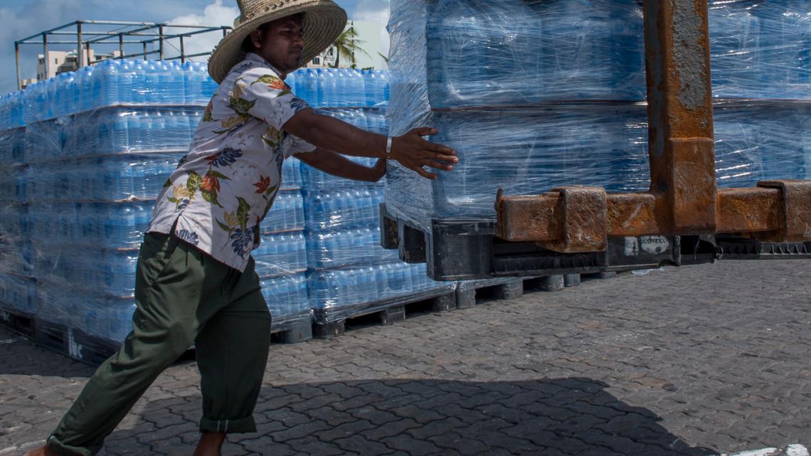 Kostbare Lieferung im Hafen von Male: Trinkwasser in PET-Flaschen.