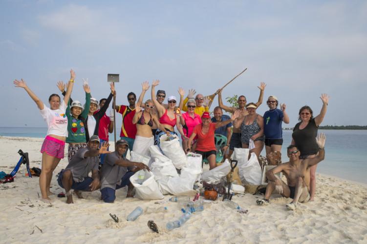 Sie alle haben fleissig gesammelt und geschwitzt: Die Gäste und Mitarbeitenden von Reethi Beach.