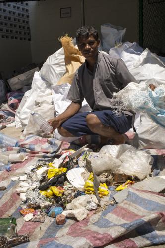 Kann man selber was dagegen tun? Ja! Zumindest den eigenen nicht kompostierbaren Abfall wie Batterien, PET und Plastik wieder mit nach Hause nehmen. Wer mit Edelweiss ((LINK https://www.facebook.com/edelweissair/?fref=ts) fliegt, kriegt dafür gar einen eigenen Abfallsack. Abzugeben beim Rückflug am Check-in. Entsorgt in der Schweiz. Finden wir top!