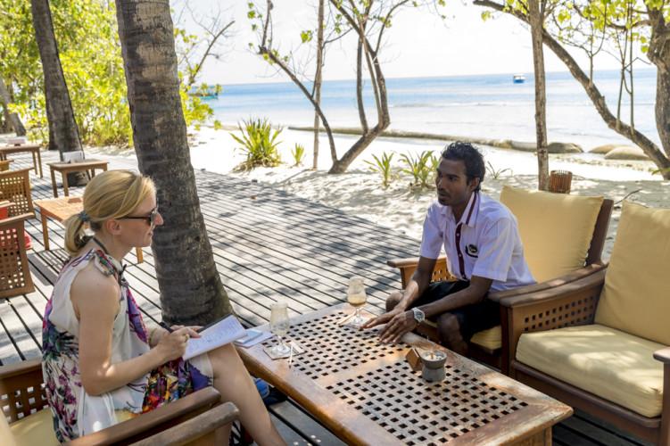 «Es ist ein guter Job. In einem anderen Resort könnte ich nicht hier sitzen und mit einem Gast reden», sagt Nizam. Unser Interview halten wir ganz entspannt bei einem Caffè freddo in der Bar. Es gehört zum Konzept der Insel, dass Mitarbeitende und Gäste sich begegnen und austauschen. «Wir sind wie eine grosse Familie. Das sagen auch die Gäste.»