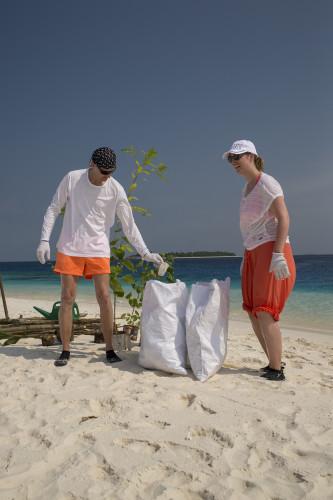 Apropos Gäste: Da gibts welche, die ziehen schon mal weisse Handschuhe an, um eine benachbarte Robinson-Insel vom angeschwemmten Abfall zu reinigen. Einfach so? «Für uns ein klitzekleiner Beitrag, um die Schönheit dieser Inselwelt zu bewahren», sagen Kay und Uta. «Es gefällt uns wie offen und auch umweltbewusst diese Insel vorlebt, worüber andere nur reden.» Der Reethi Day findet regelmässig statt. «Eine super Sache, dass das Management sowas organisiert und sogar selber beim Sammeln mitmacht.»
