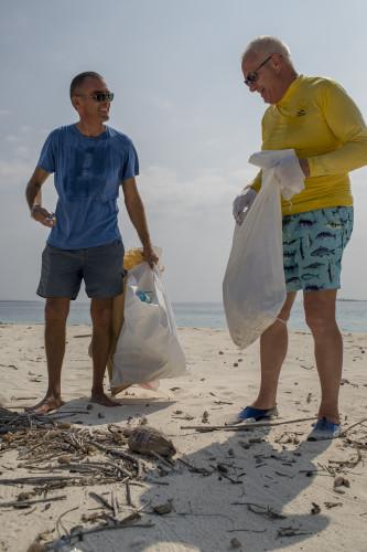 Peter Gremes (l.), General Manager von Reethi Beach findet das sowas von normal. Etwa so normal wie ein wöchentlicher Energiespartag oder das Planen einer Biogasanlage auf der Insel. Peter ist der stille Idealist und Macher. «Wir kennen den Mehrwert einer intakten Umwelt. Darum kommen die Leute hierher.» Der Tourismus ist für ihn eine Chance, die Umweltproblematik in den Griff zu kriegen. Sagts und bückt sich, um das nächste Plastikteil aufzuheben.